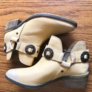 NWT Vintage 7 Beautiful Booties Size: 6